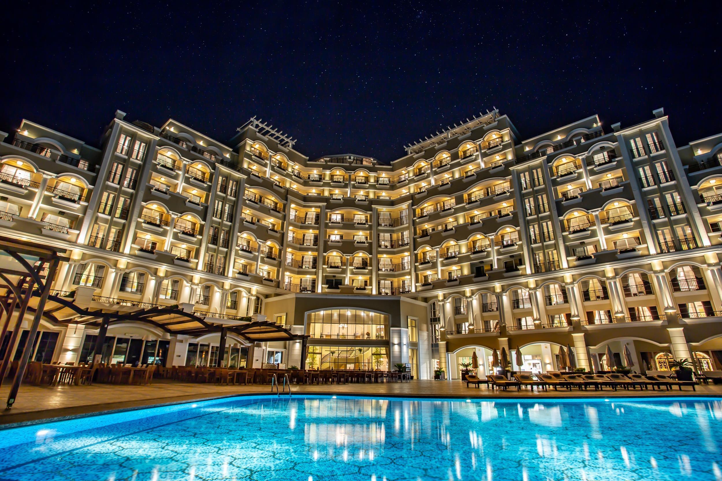 gece otel bina görünüşü