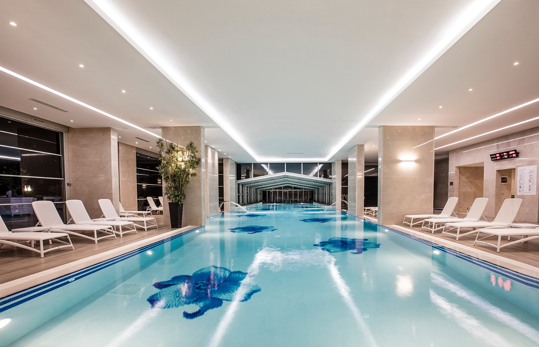 CHARISMA DE LUXE Hotel198316